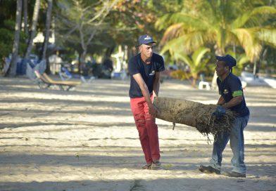 MITUR refuerza limpieza de playas por Semana Santa