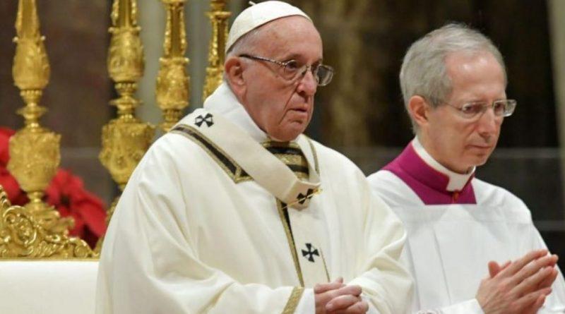 """El papa insta a sacerdotes a """"ensuciarse"""" con heridas y angustias de la gente"""