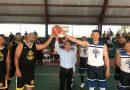 Ramón García dona uniforme a equipo de basquetbol en el Invi de Los Mina