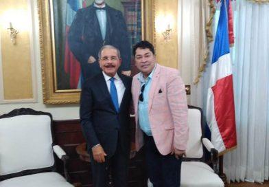 Presidente Medina nuevamente recibe a El Pacha en el Palacio Nacional.
