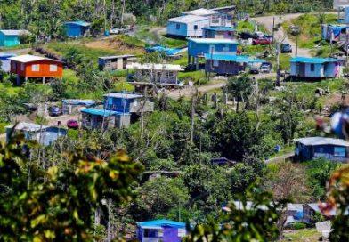 Las vidas que aún habitan bajo el toldo de FEMA
