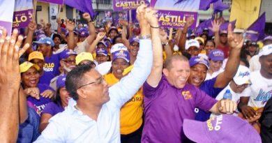 Precandidato a diputado Rafael Castillo realiza mano a mano que se convierte en gigantesca marcha en el sector Los mina centro.