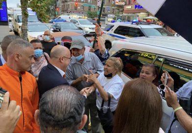 Francisco Domínguez Brito da la cara, con la frente en alto ante manifestantes en New York.